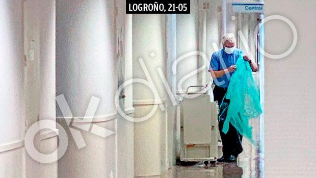 La mano derecha de Brahim Ghali vistiéndose con un bata desechable en la puerta de la habitación donde está hospitalizado.