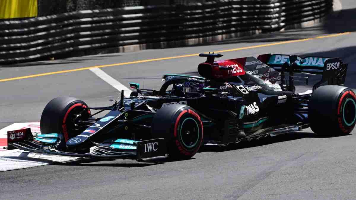 Lewis Hamilton con el Mercedes durante el Gran Premio de Mónaco. (AFP)