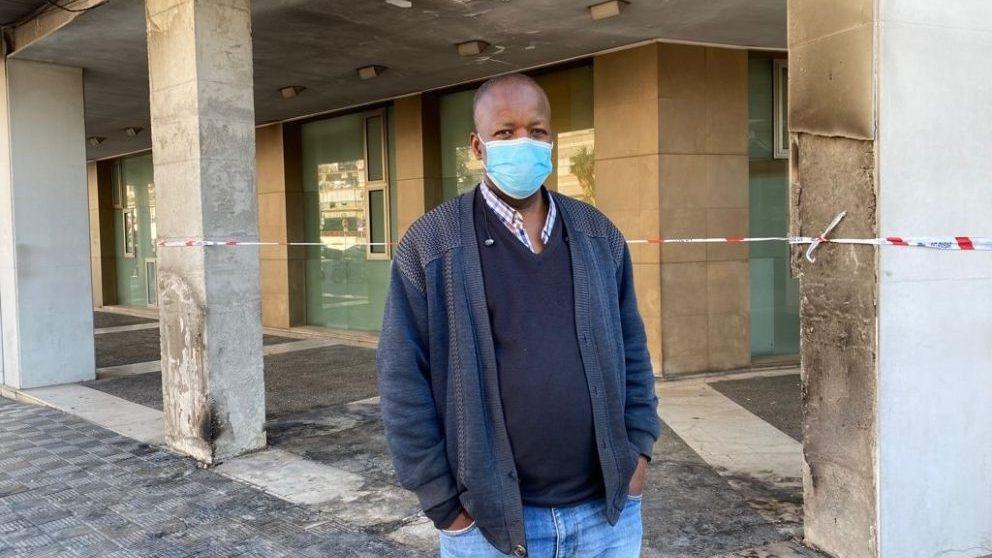 Jimy, en el lugar del incendio (Foto: Europa Press).
