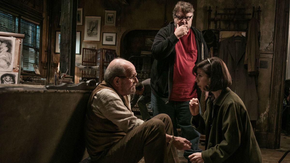 Guillermo del Toro en el rodaje de «La joven del agua» (Searchlight Pictures)