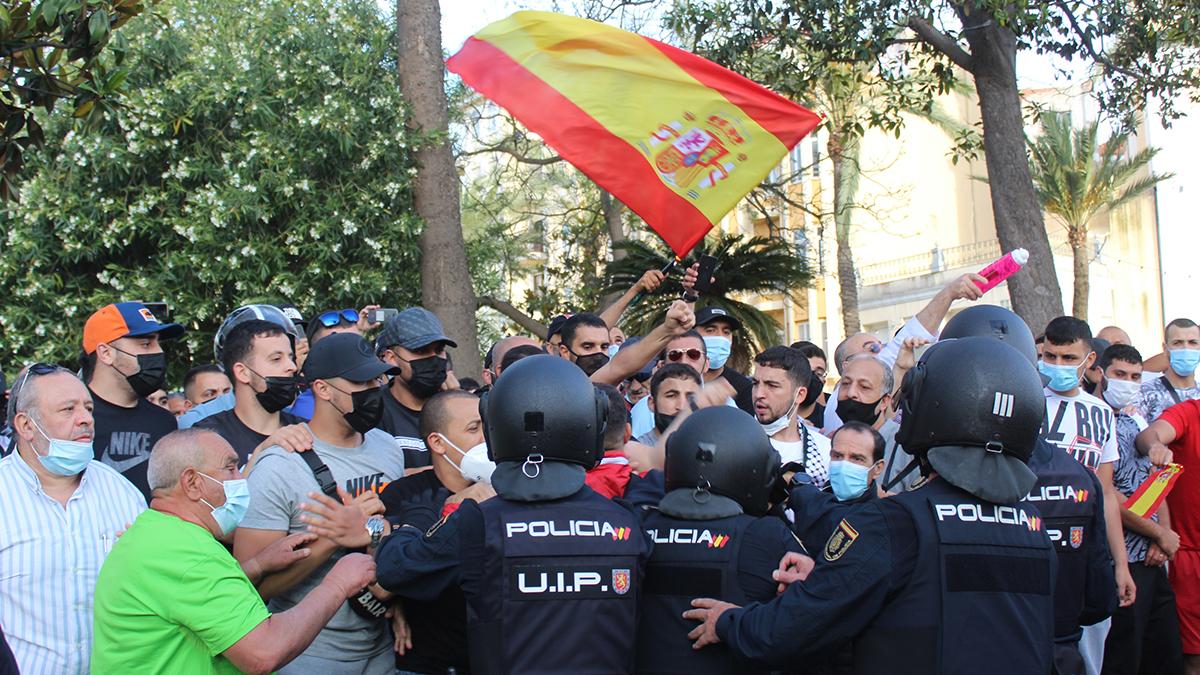 La Policía intenta contener a un grupo de manifestantes en Ceuta.