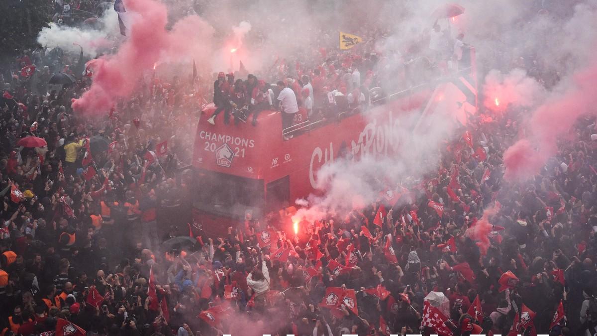Los aficionados del Lille junto al autobús del equipo. (AFP)