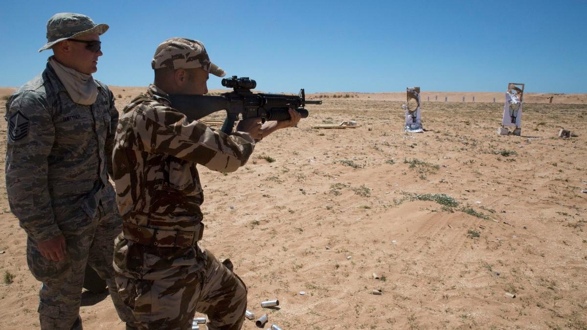Un marine entrenando junto a un militar marroquí.