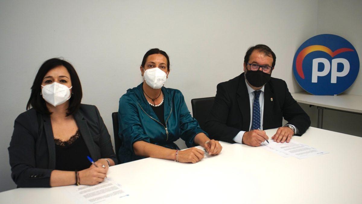 La presidenta del PP de Sevilla, Virginia Pérez (i); la secretaria general del PP-A, Loles López; y el alcalde de Carmona, Juan Ávila.