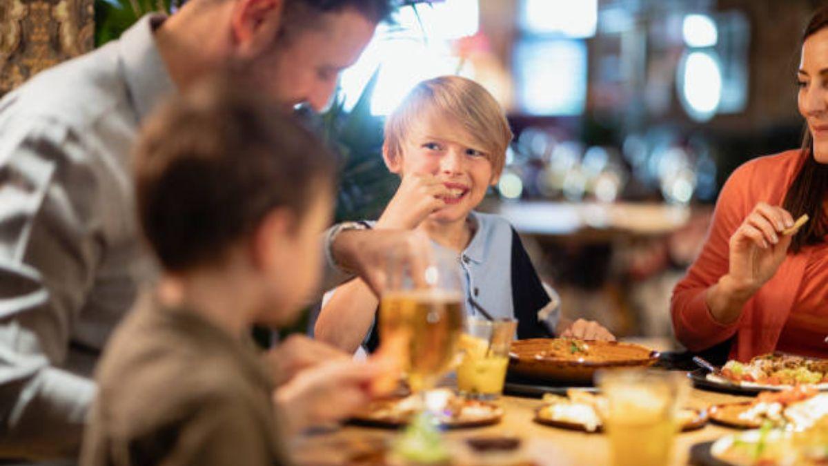 Cómo llevar a los niños al restaurante y que se lo coman todo
