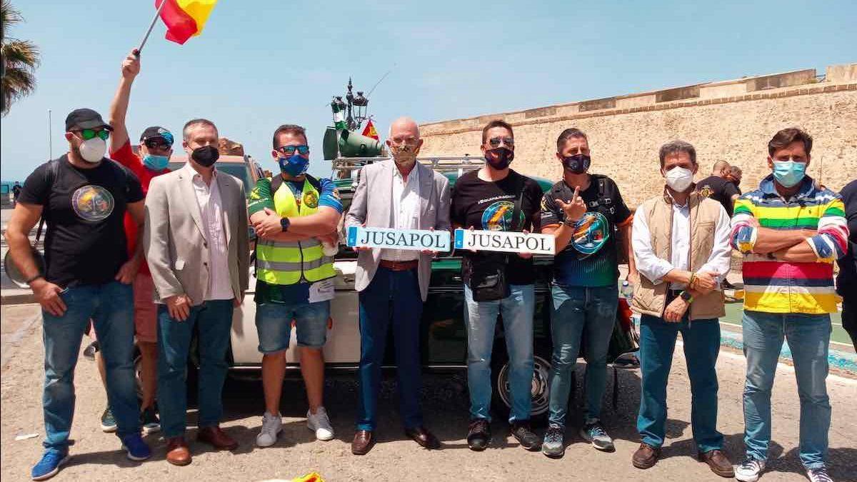 Agustín Rosety, diputado de Vox por Cádiz en el Congreso, junto a miembros de Jusapol.
