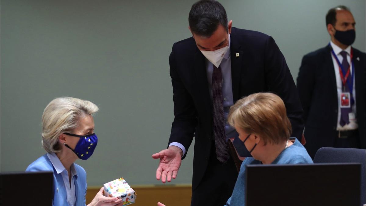 Pedro Sánchez junto a Angela Merkel y Ursula Von Der Leyen. (Foto: Moncloa)