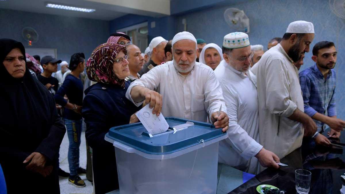 Un hombre vota en las elecciones presidenciales de Siria. Foto: AFP