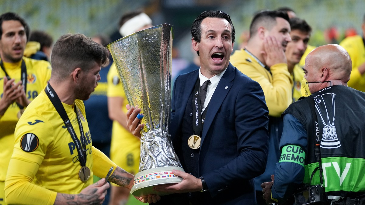 Unai Emery levanta la Europa League. (Getty)