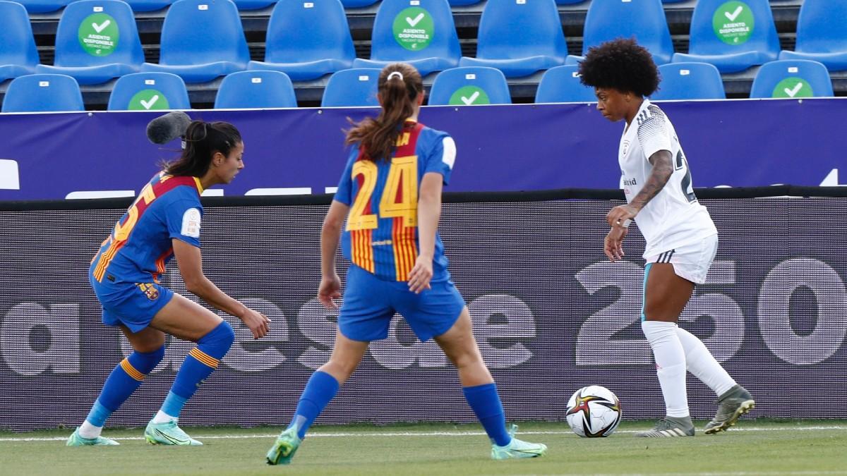 Valéria conduce el balón ante la atenta mirada de dos futbolistas azulgranas. (@FCBfemeni)