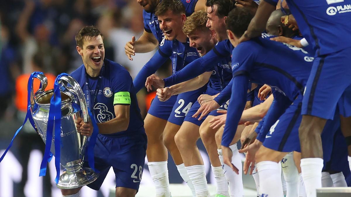César Azpilicueta, preparándose para levantar la Champions como capitán del Chelsea. (Getty)