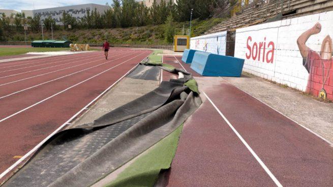 Así quedó la pista de atletismo de Soria tras el paso del helicóptero de Pedro Sánchez.