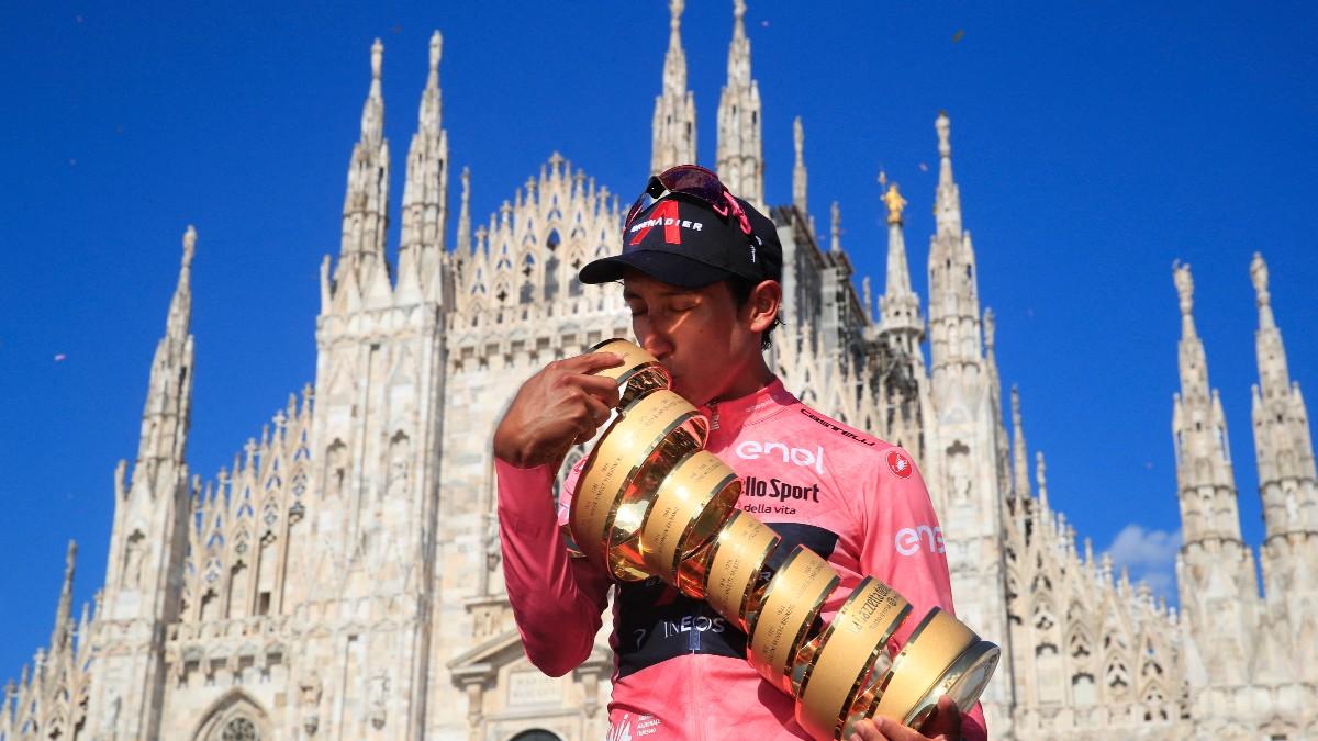 Bernal, con el trofeo del Giro en Milán. (AFP)