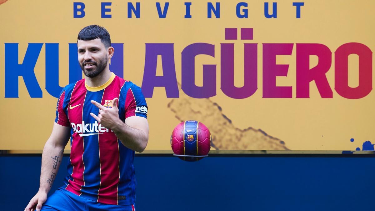 El Kun Agüero posa con la elástica del FC Barcelona en su presentación en el Camp Nou. (EFE)