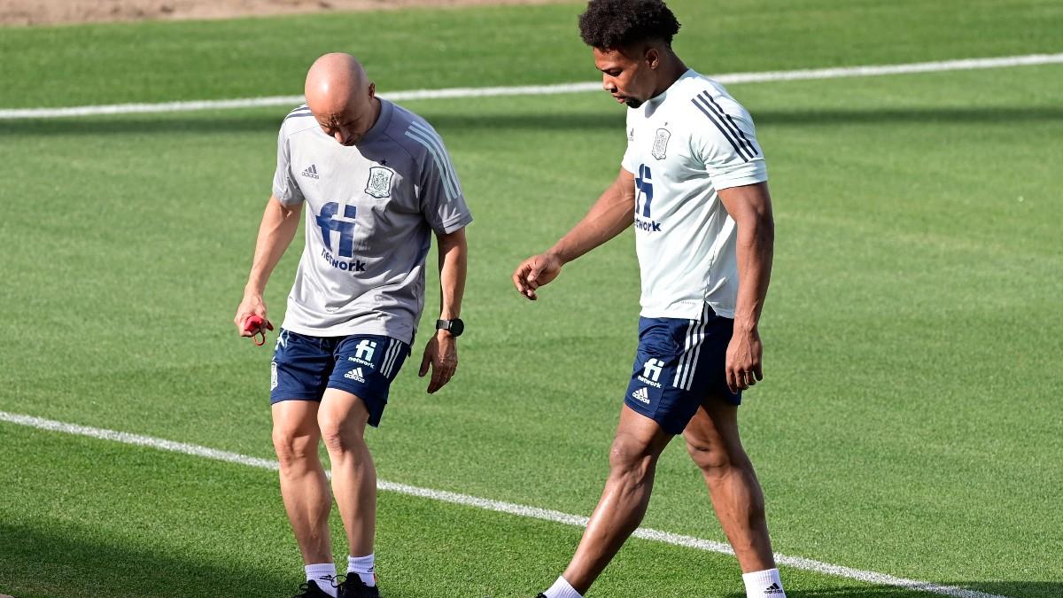 Adama se retira del entrenamiento de España. (AFP)
