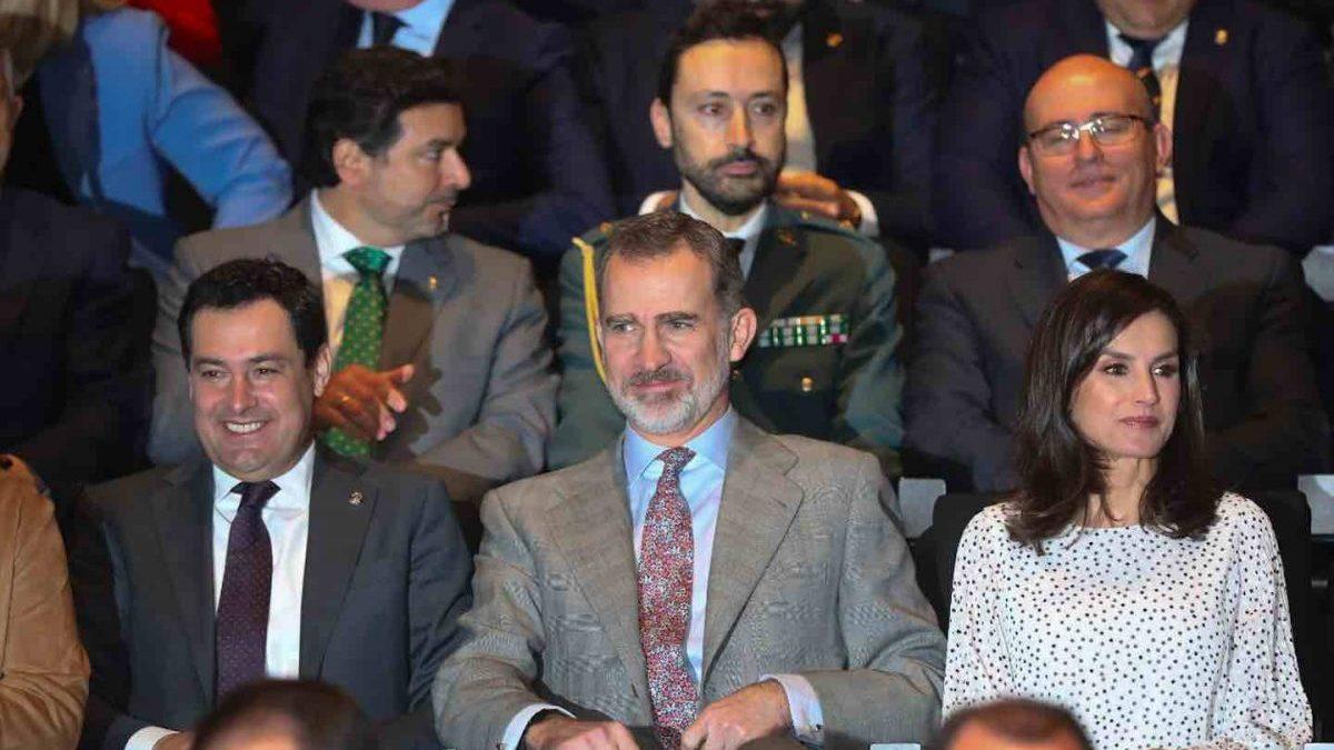 Los Reyes Felipe VI y doña Letizia junto a Juanma Moreno, (1i) en la conmemoración del 50º aniversario del Parque Nacional de Doñana (Europa Press).