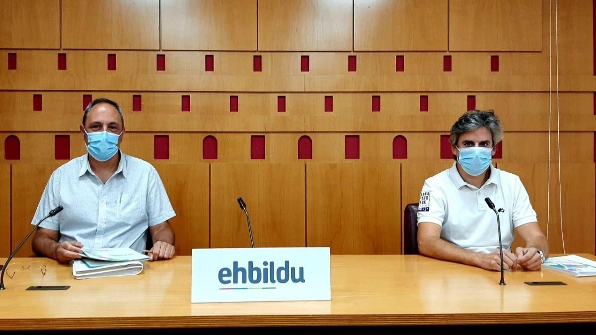 El portavoz de Bildu en Vitoria, Félix González, junto al diputado Iñaki Ruiz de Pinedo. (Foto: Europa Press)