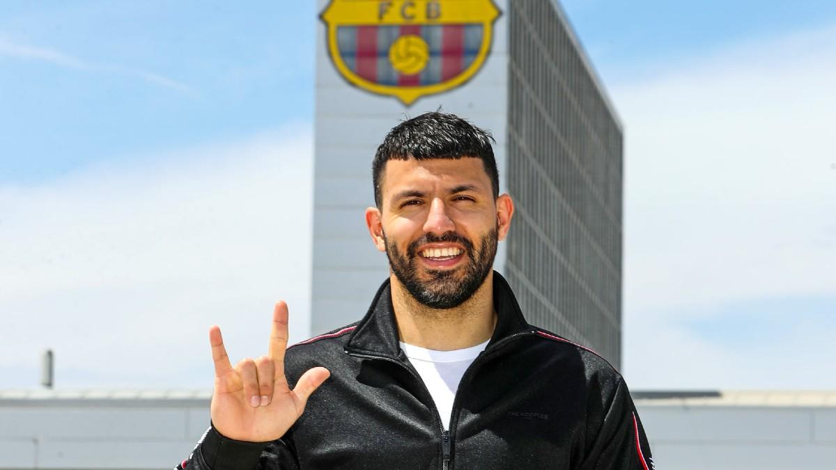 Agüero posa tras convertirse en jugador del Barcelona.