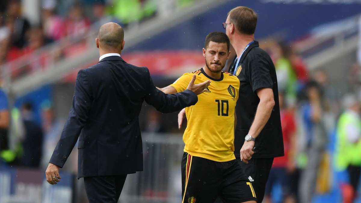 Roberto Martínez saluda a Hazard durante un partido en el Mundial de 2018. (Getty)