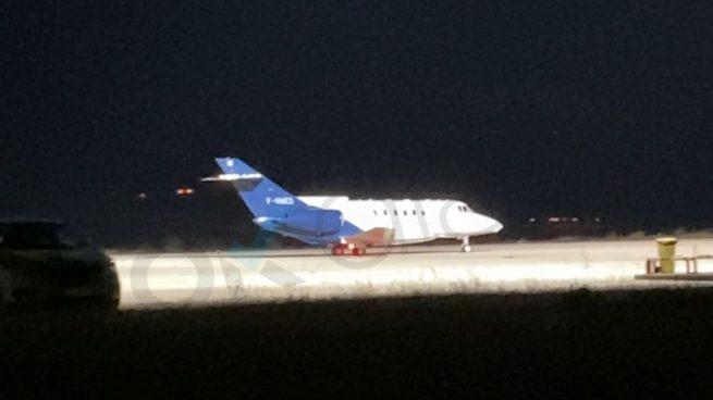 El avión que se lleva a Ghali a Argelia al aterrizar en Pamplona.