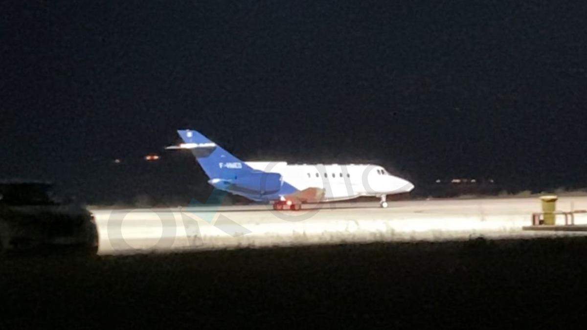 El avión que se lleva a Ghali a Argelia al aterrizar en Pamplona. (Foto: Alejandro Entrambasaguas)