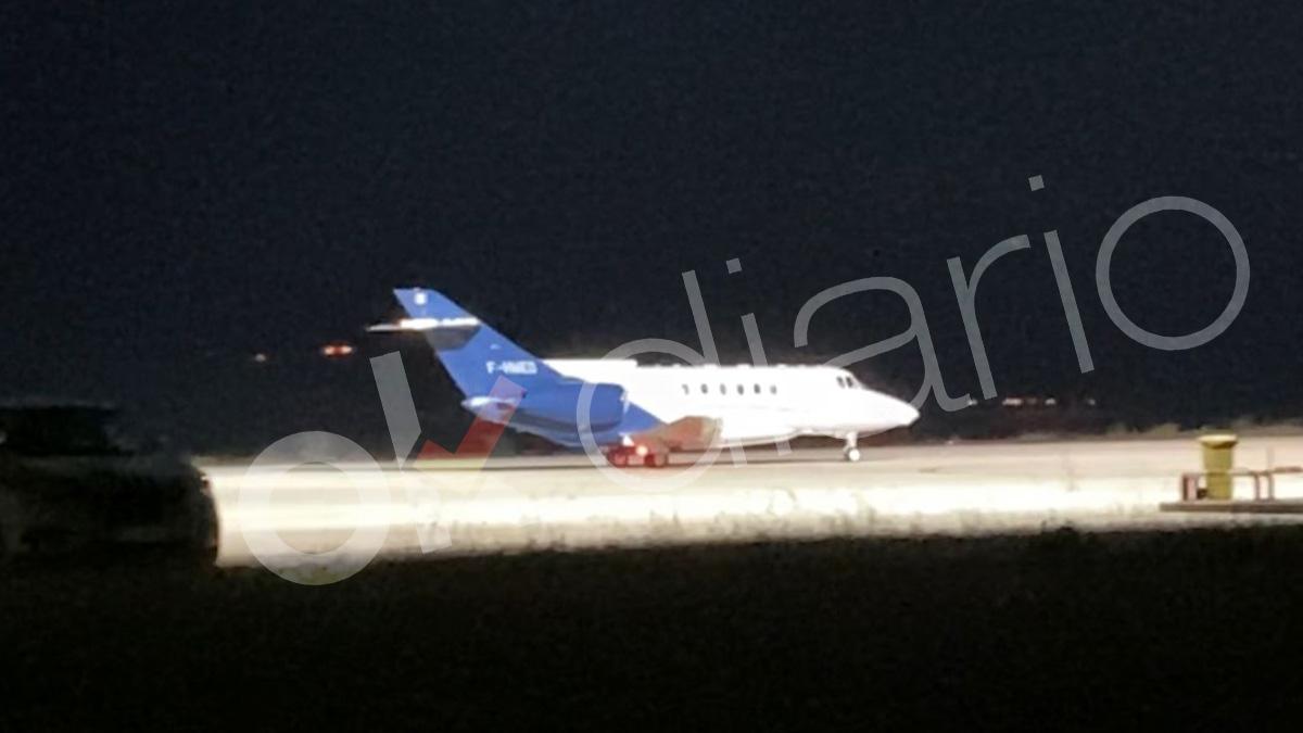 El avión que se llevará a Ghali a Argelia al aterrizar en Pamplona. (Foto: Alejandro Entrambasaguas)