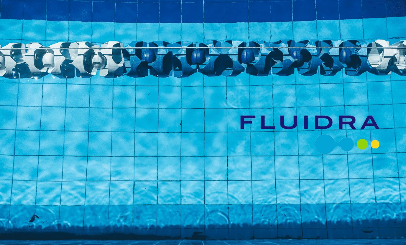 Piscina con el logo de Fluidra.