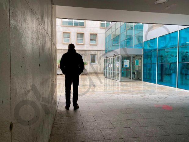 Un agente policial vestido de paisano apostado en la puerta principal del Hospital San Pedro de Lorgoño.