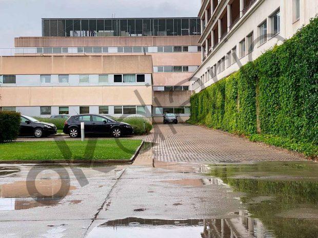 Los coches camuflados de la Policía Nacional aparcados en uno de los patios interiores del Hospital San Pedro de Logroño.