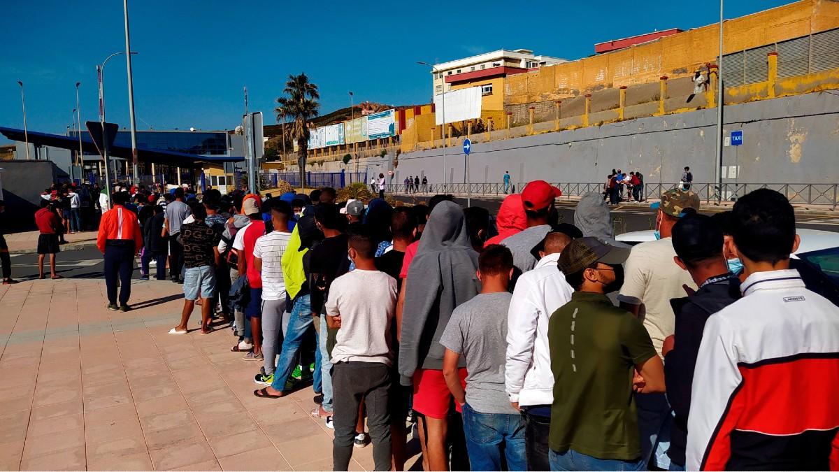 Inmigrantes marroquíes hacen cola en la oficina de asilo de Ceuta. (Foto: Efe)