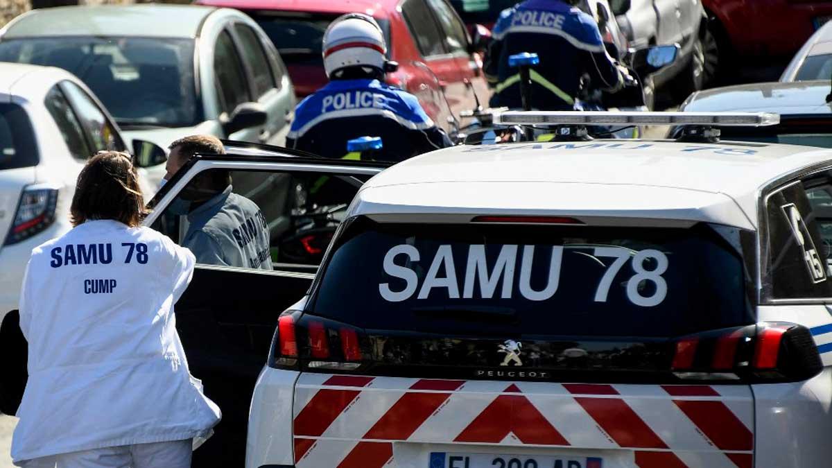Un ambulancia en una carretera cercana a París. Foto: AFP