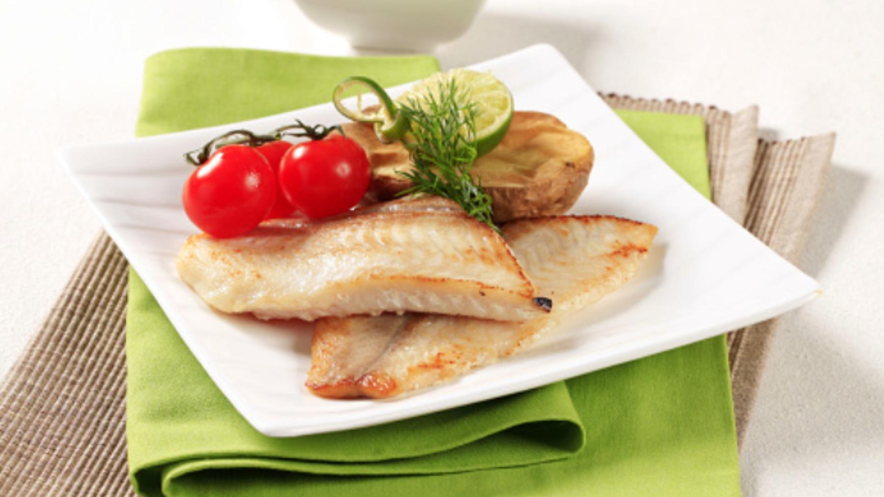Merluza al horno con limón, una receta tradicional sencilla y deliciosa