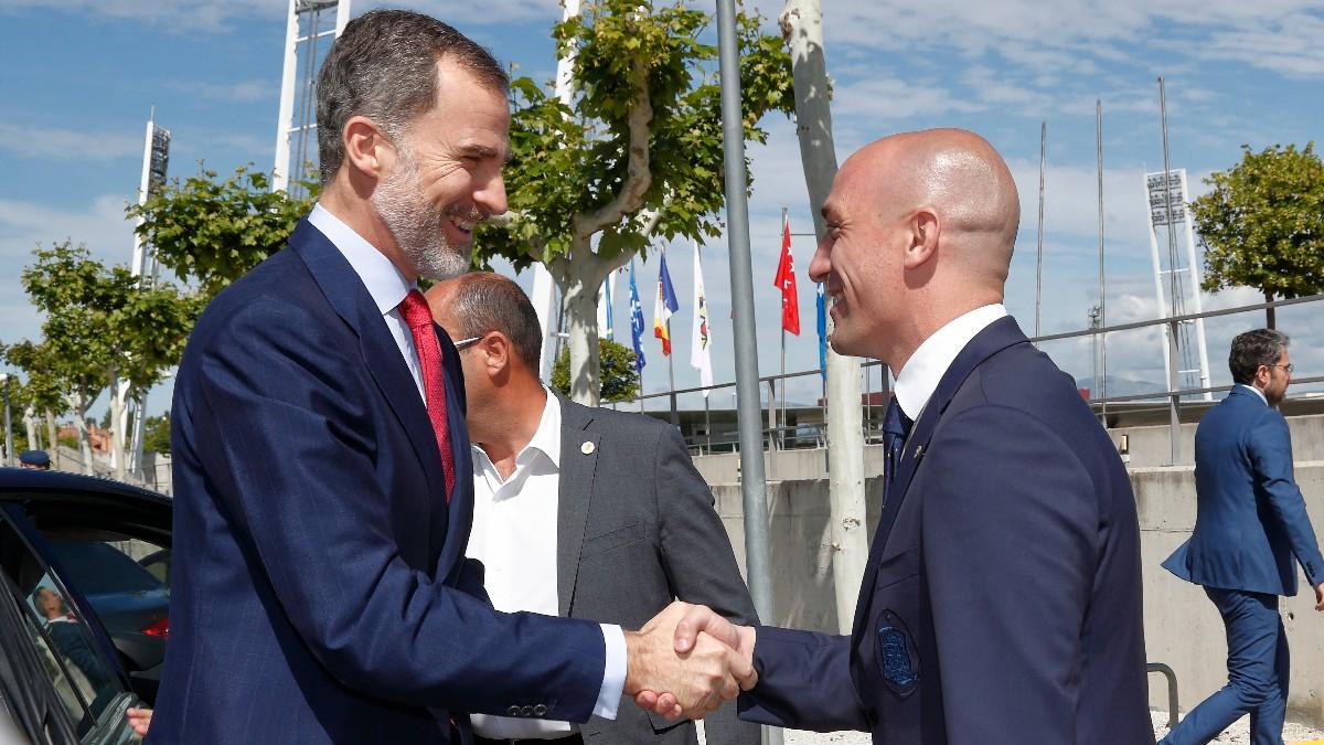 Luis Rubiales saluda a Felipe VI. (AFP)