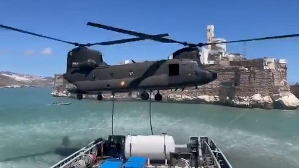 Un Chinook del Ejército aprovisionando los militares de Alhucemas.