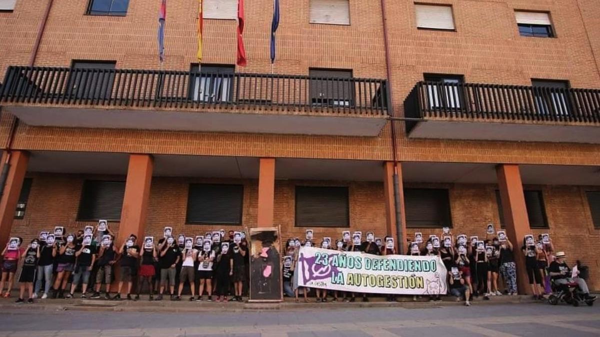 El grupo de okupas frente al Ayuntamiento de Móstoles.