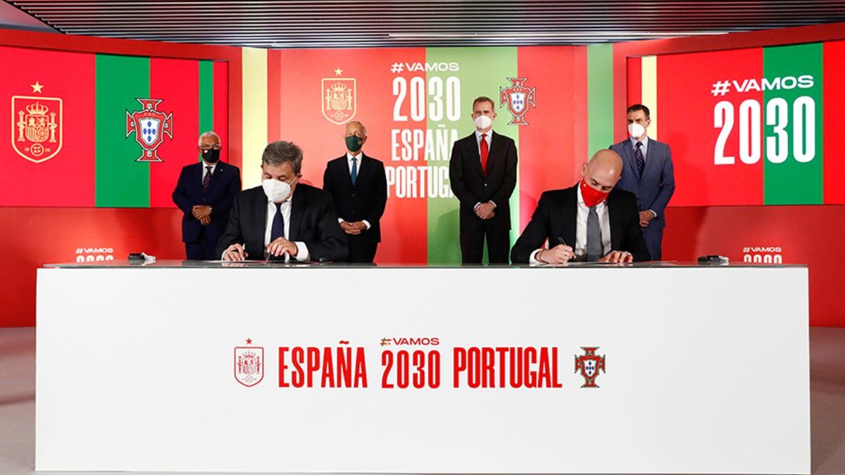 Luis Rubiales y Fernando Soares Gomes da Silva firman la alianza entre España y Portugal para presentar una candidatura conjunta para albergar el Mundial 2030. (@RFEF)
