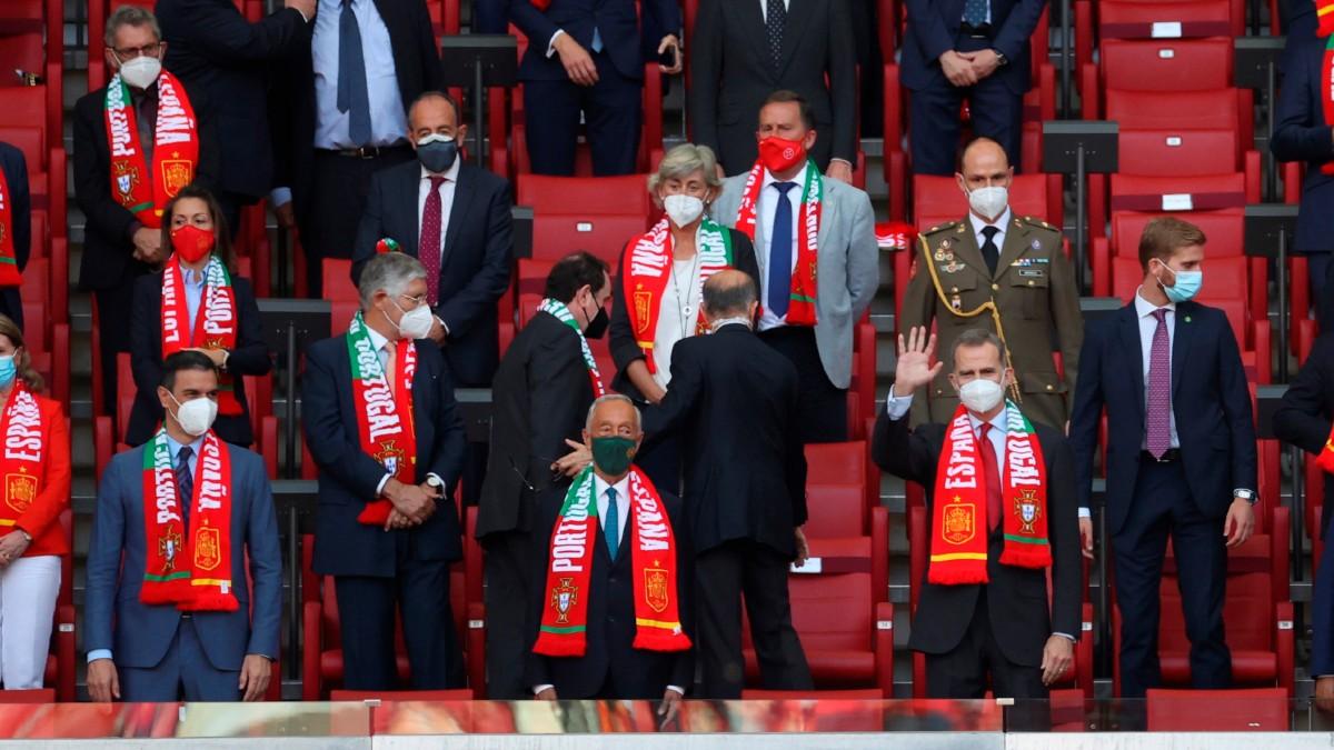 Felipe VI y Pedro Sánchez, en el palco del Wanda Metropolitano. (EFE)