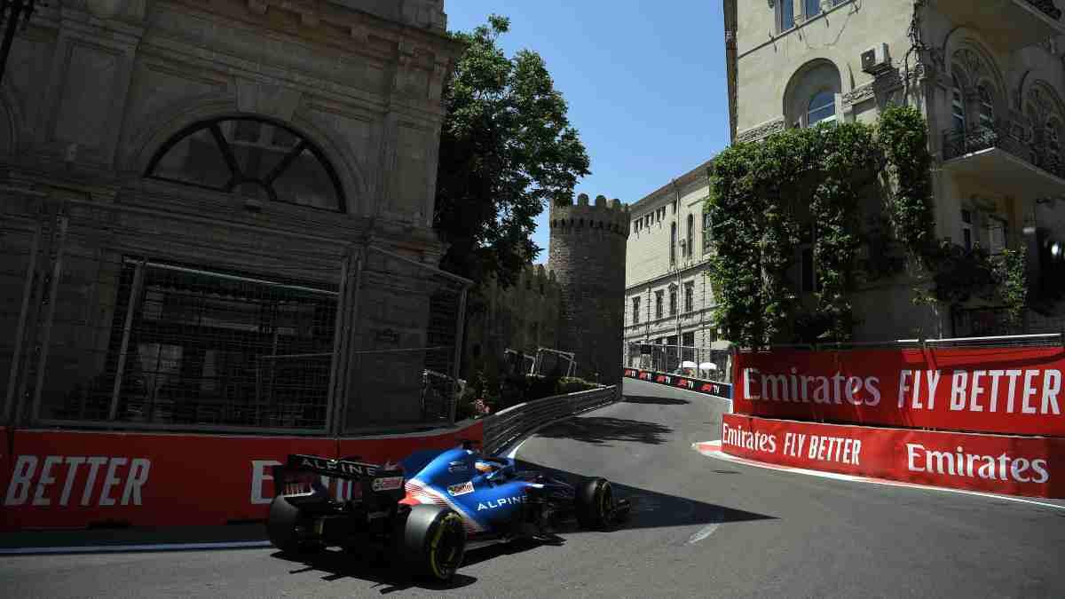 Fernando Alonso en la sesión de clasificación del Gran Premio de Azerbaiyán de Fórmula 1. (AFP)