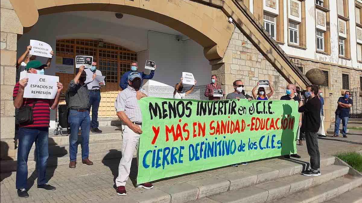 Concentración contra los CIE en Algeciras (Foto : COORDINADORA CIE NO).