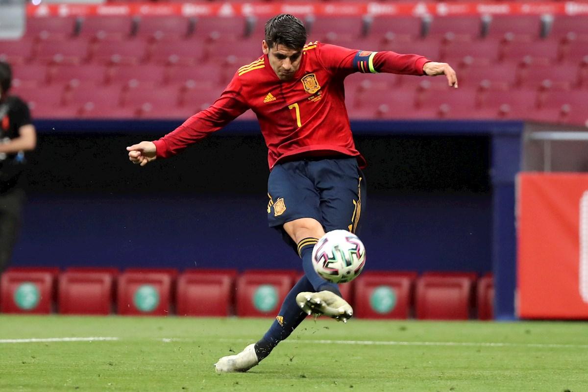 Morata remata a puerta durante el España-Portugal.