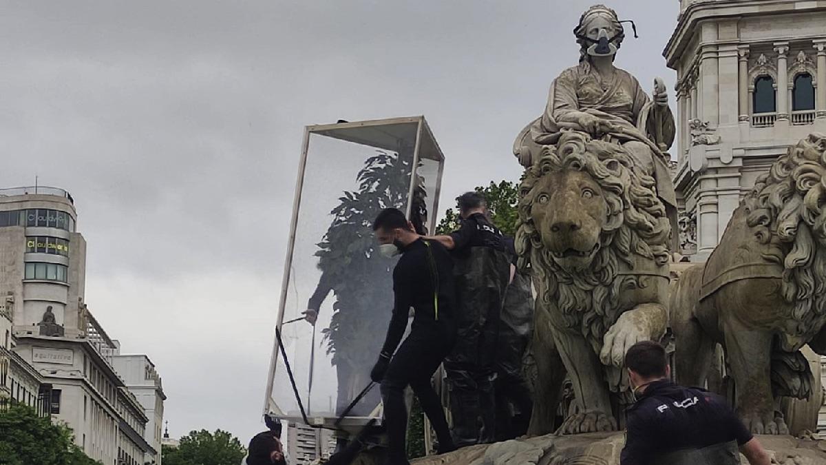 La Fuente de Cibeles atacada este sábado. (Foto: EFE)