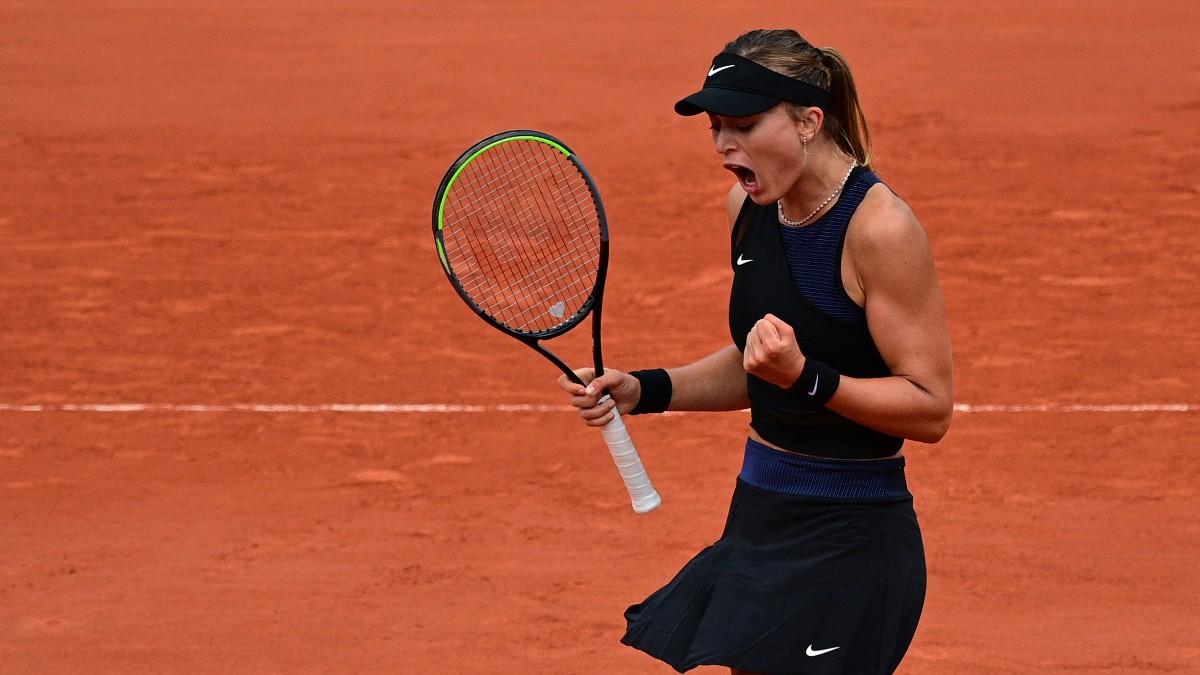 Paula Badosa celebra su victoria en octavos de Roland Garros. (AFP)