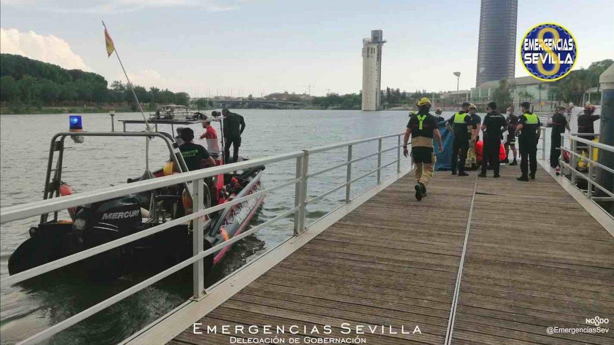 Dispositivo de rescate del cadáver hallado en el río Guadalquivir (EMERGENCIAS SEVILLA).