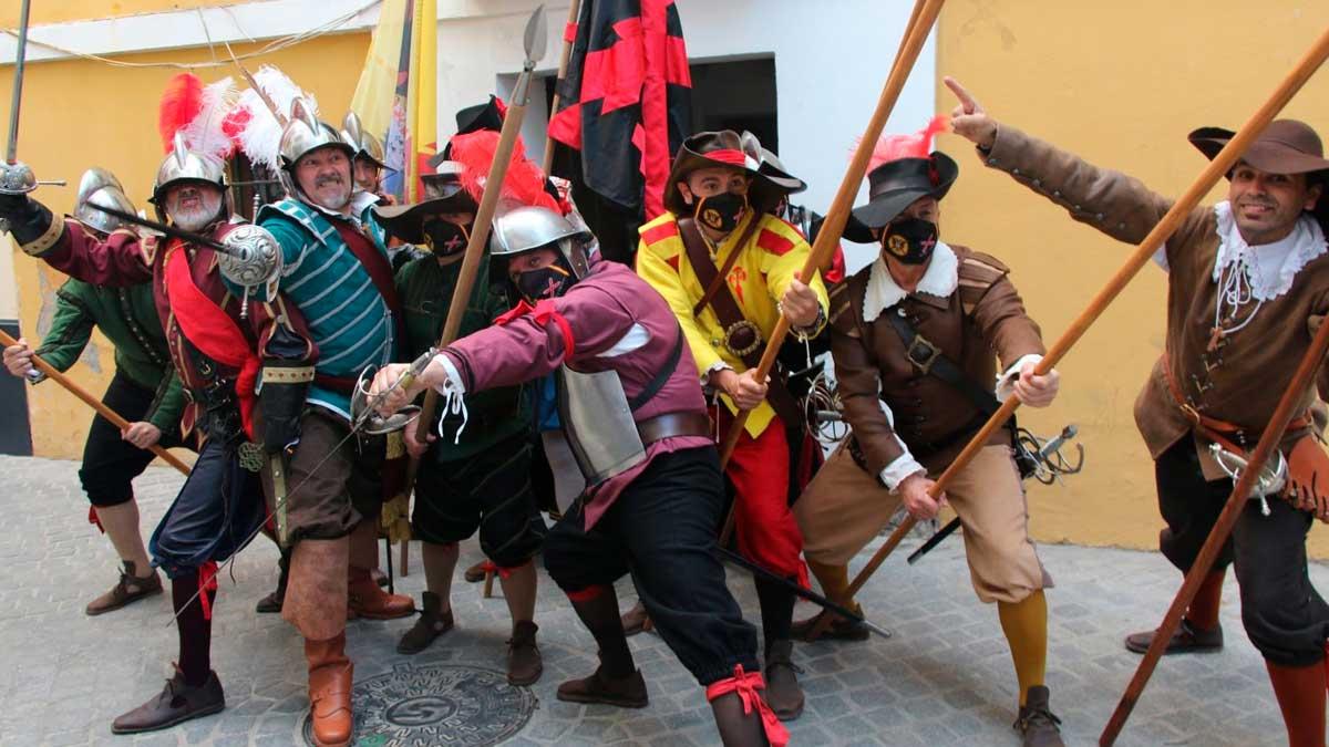 El grupo de recreación histórica 'El Tercio de Olivares' frente a la casa natal de Velázquez.