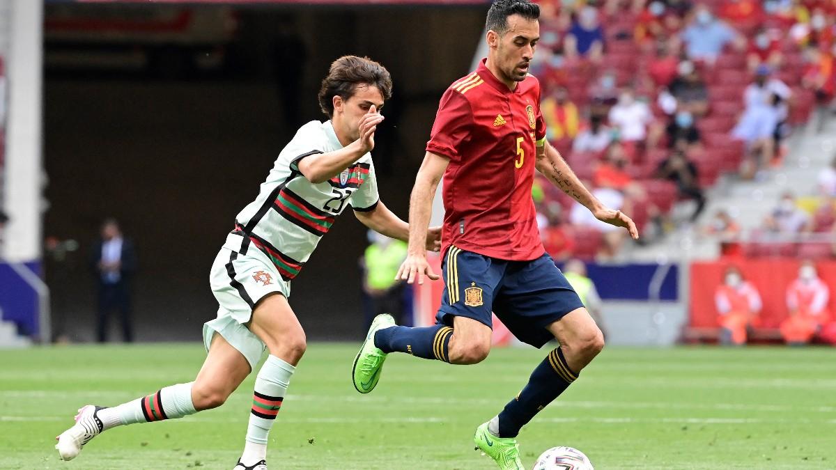 Busquets controla un balón ante Joao Félix en el España – Portugal. (AFP)