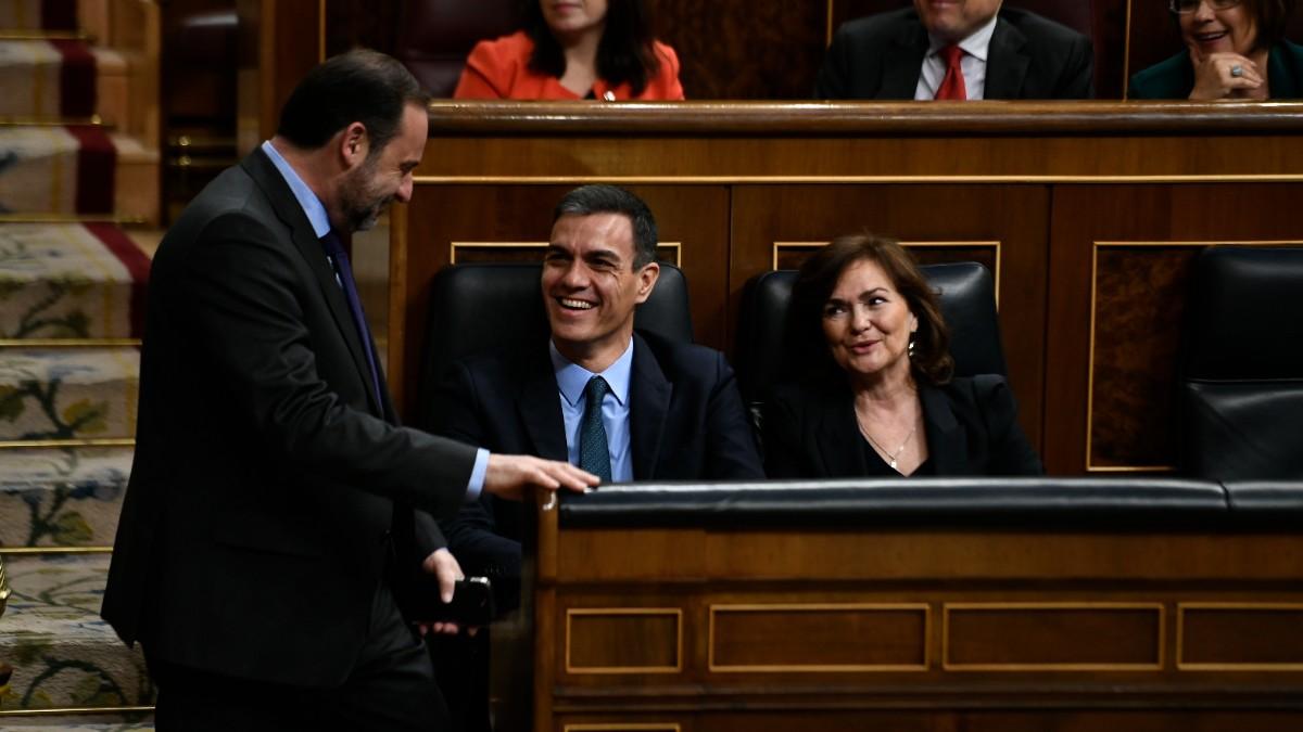 Pedro Sánchez conversa con José Luis Ábalos y Carmen Calvo, en el Congreso.