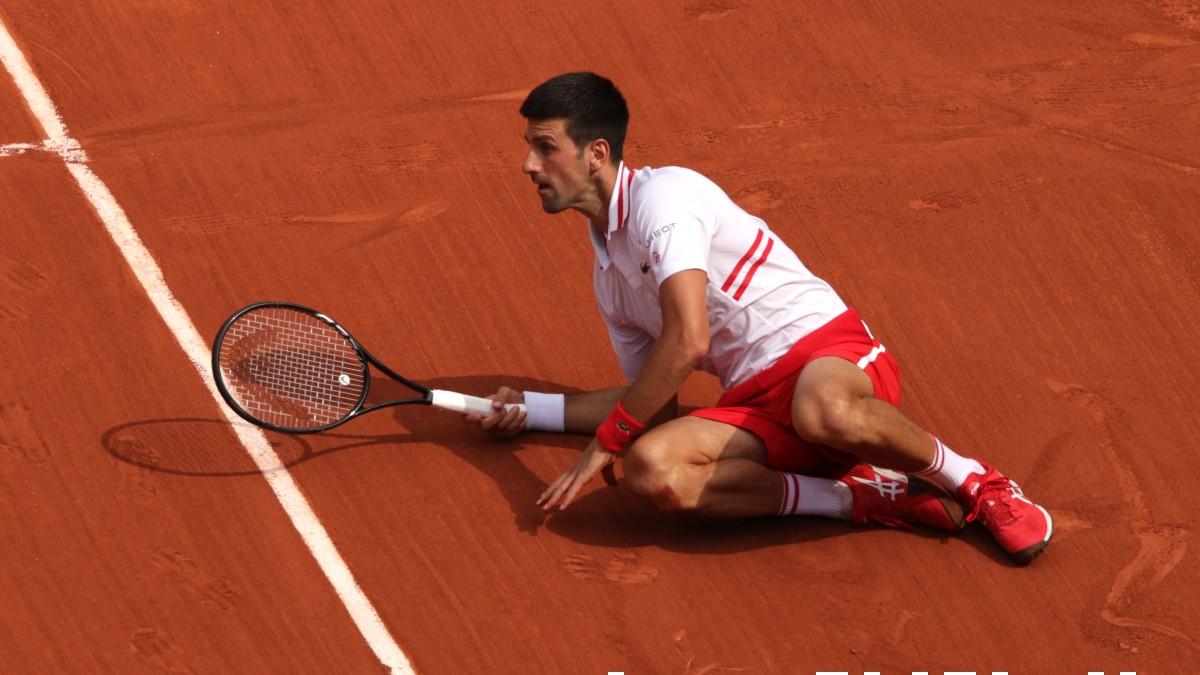 Djokovic se levanta en un partido de Roland Garros. (Getty)