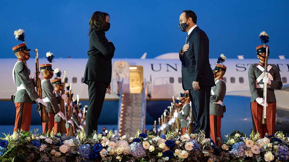Kamala Harris y Pedro Brolo. Foto: AFP
