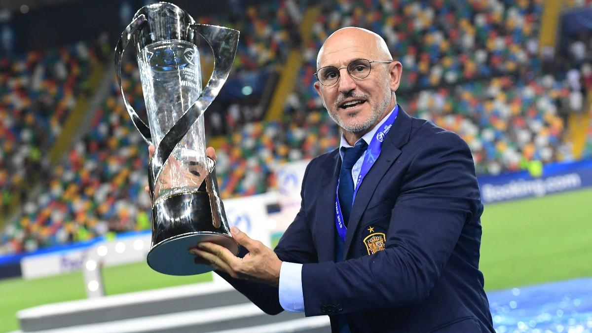 Luis de la Fuente, con el trofeo del Europeo Sub-21. (AFP)