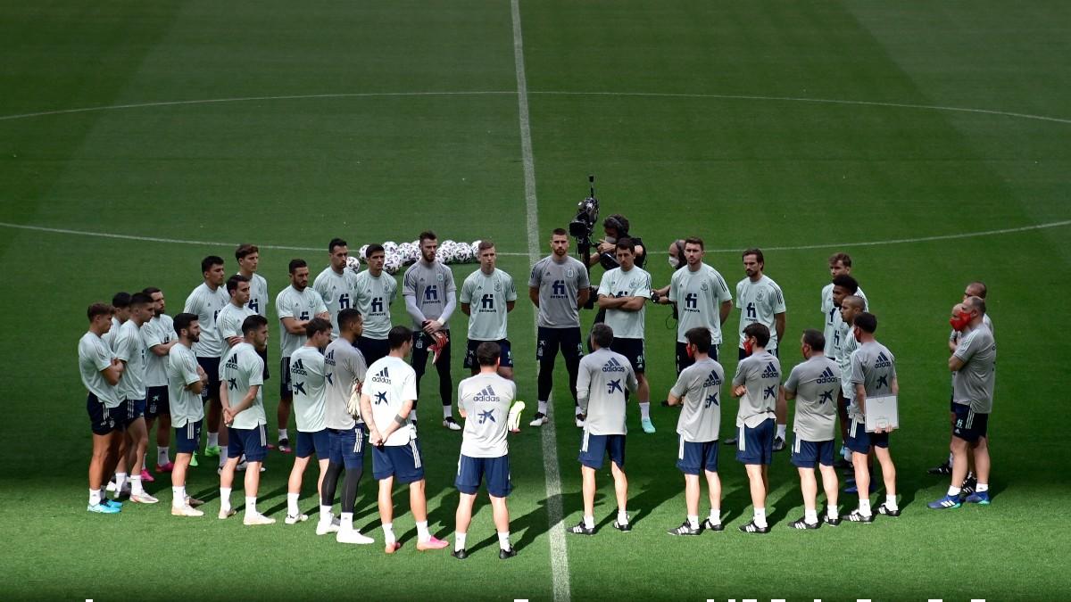 Luis Enrique da una charla a los jugadores de la selección española. (AFP)